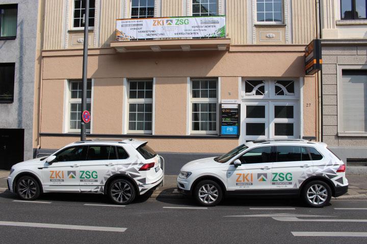 ZKI & ZSG Autos vor dem Büro