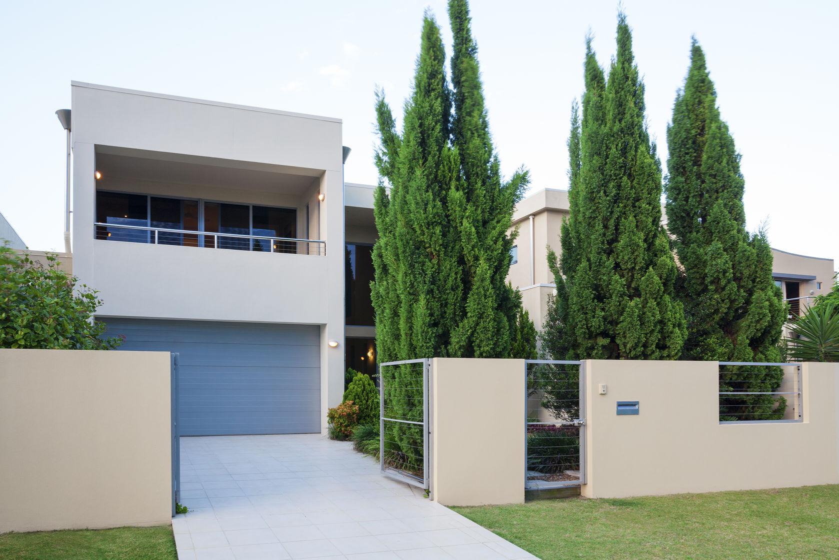 Villa mit Tor und Bäumen